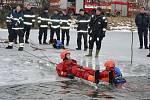 Cvičení hasičů na zamrzlém rybníku.