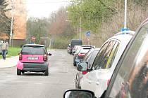 KDE ZAPARKOVAT? Tuto otázku řeší denně řidiči na chodovských sídlištích. Už na sklonku léta by se jim ale mohlo zablesknout na lepší časy.