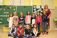 Děti z 1. třídy ZŠ Svatava s třídní učitelkou Libuší Šťovíkovou.