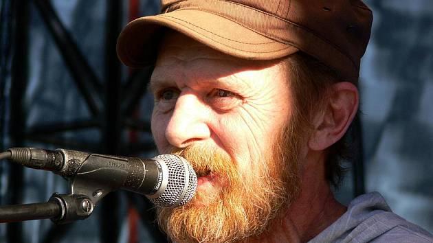 FESTIVAL. Jedním z hostů sobotního open–air koncertu byl herec a písničkář Jiří Schmitzer.