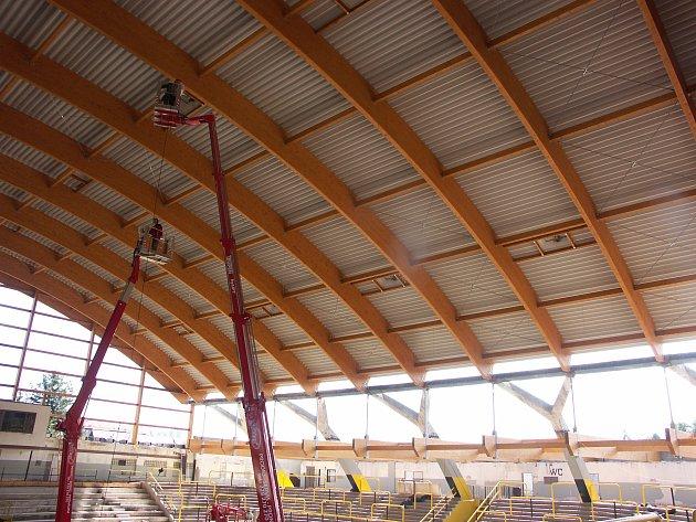 Dělníci při montáži nové střechy.