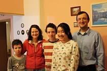 Aum do své hostitelské rodiny, kterou tvoří Petr a Julie Havlíčkovi a jejich synové Viktor a Albert, dobře zapadla.