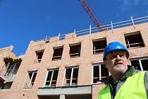 Stavba domu pro seniory v Sokolově roste na místě bývalé 4. ZŠ, kterou srovnali se zemí.