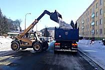 TĚŽKÁ TECHNIKA odváží z ulic v Kraslicích tuny sněhu. Od víkendu zmizel z hlavního tahu.