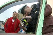 Propustnost skel u vozidel měřili policisté v Kraslicích.