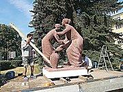 Dvojice soch od Evy Kmentové, které zobrazují alegorii Pohostinství při instalaci na nové místo u radnice.