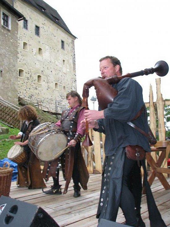 Loket si užíval středověkou zábavu, na hrad mířily davy