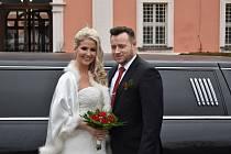 Novomanželé Eliška a Miroslav Luskovi z Rotavy se brali v obřadní síni sokolovského zámku