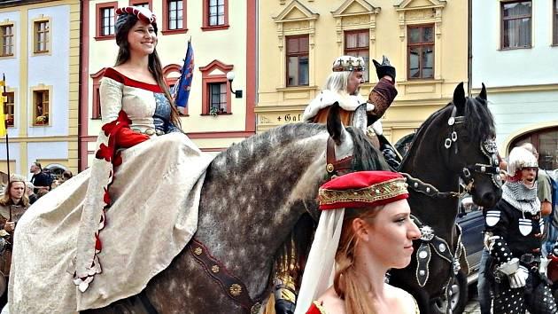 Vrcholem programu Slavností Karla IV. byl příjezd císaře s chotí a doprovodem na loketský hrad.