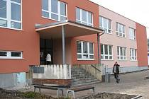 BUDOVA Městského úřadu v Novém Sedle dostala novou fasádu a plastová okna.