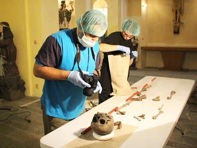 Antropologický průzkum vede tým Andreje Shbata (vlevo). Po zdokumentování odebíral vzorky DNA.