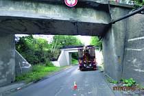 Řidič se nevešel s bagrem pod most.
