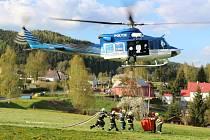 V Rotava hoří les. Zasahuje vrtulník, který hasí ze vzduchu kvůli nepřístupnosti terénu.