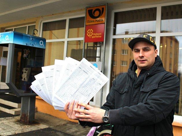 Na snímku iniciátor petice v Rotavě Martin Rezek, který ukazuje stovky podpisů pod petičními archy.