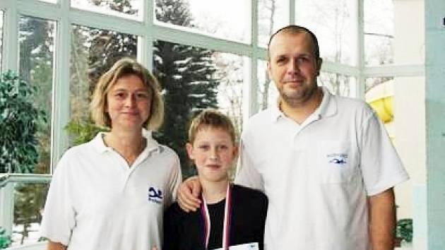 Jakub Krček spolu s maminkou a trenérkou Renatou Krčkovou a trenérem Radkem Piskáčkem