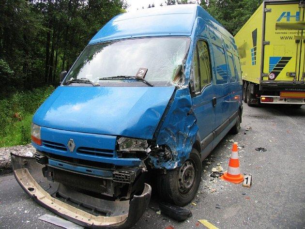 PO SRÁŽCE. Takto dopadlo vozidlo Renault poté, co se na něj z protisměru vyřítil neovladatelný kamion značky Iveco. Srážce nedokázal zabránit žádný z řidičů.