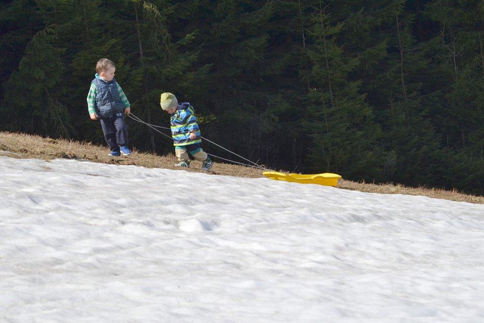 Lidé si užívají na horách poslední zbytky sněhu.
