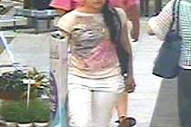 Policie pátrá po pachatelce, která v obchodním domě odcizila ženě kabelku.