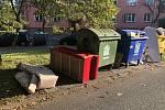 Objemný odpad nepatří vedle kontejnerů.