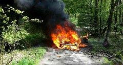 Auto lehlo u Hruškové popelem.