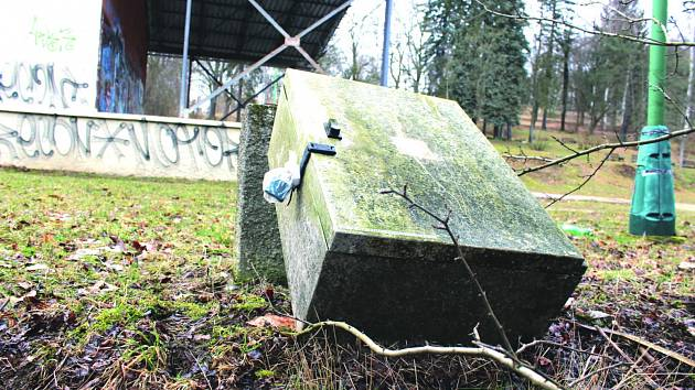 POSLEDNÍ řádění vandalů v kraslických městských sadech skončilo povalením rozvaděče elektřiny.