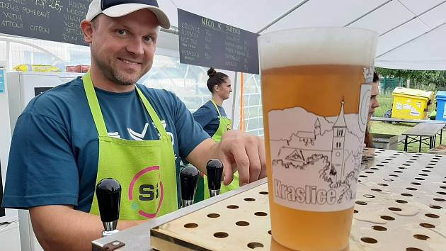 Kraslice točí pivo do ekologických půllitrů.