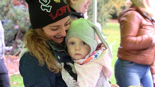 Petra se Štěpánkou. V rámci Mezinárodního týdne nošení dětí uspořádala 1. ročník pochodu i v Sokolově.