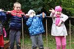 Předškoláci z loketské mateřinky a prvňáčci ze základní školy vyzkoušeli nové hřiště jako první.