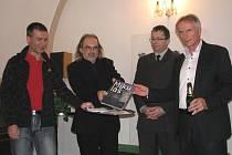PRO KŘEST KNIHY si autoři Vladislav Podracký a Jiří Klsák (zleva) vybrali dva kmotry - Františka Štěpánka a Karla Jakobce (zprava).