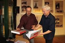 Vladimír Bružeňák představil v loketské knihovně například knihu Stopy velké války.