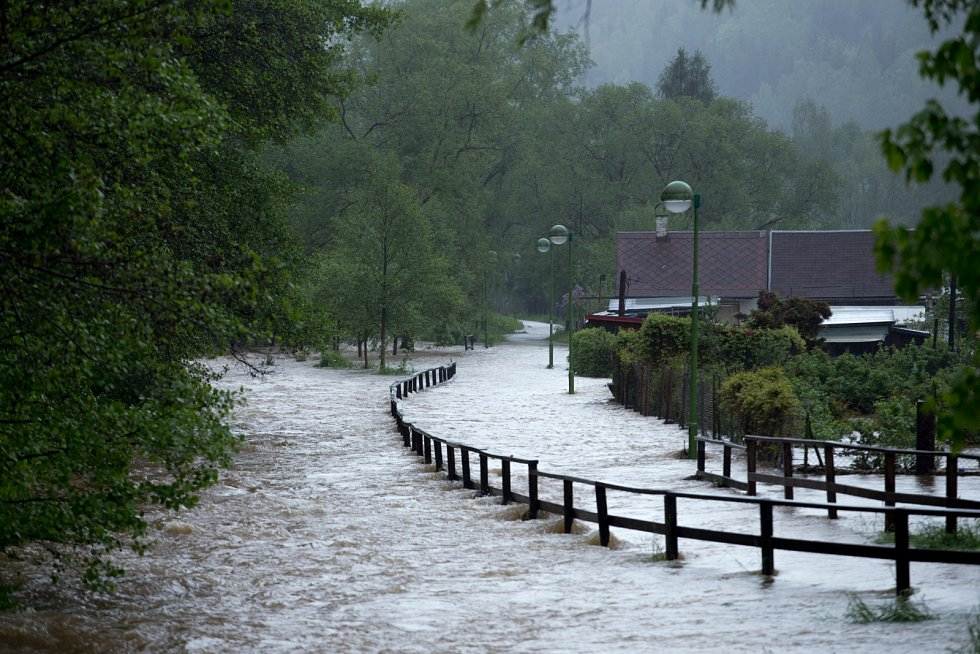 Řeka Svatava v Kraslicích se vylila z koryta, pohltila cyklostezku a vnikla do přilehlých zahrad.