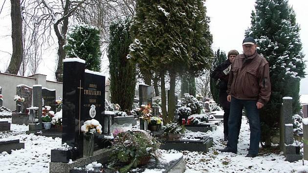 SLAVKOVSKÝ hřbitov se stal terčem vandalů Jedním z pozůstalých, který přijel zkontrolovat hrob, byl Jiří Turek.