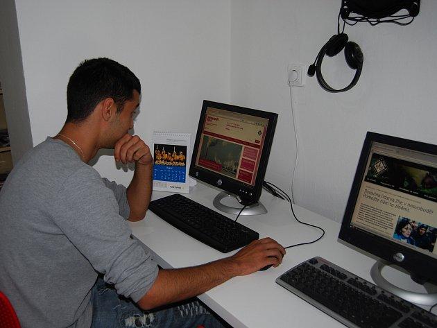 Centrum je vybavené novými počítači, kde lze hledat například nabídky práce