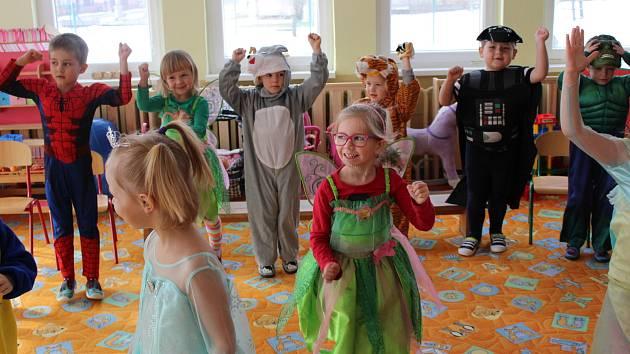 Maškarák si užívaly děti v mateřské škole v Krajkové.
