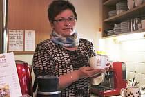 V Tříkrálové kavárničce vám Petra Kesslová připraví různé druhy kávy do šálků se speciálním logem.