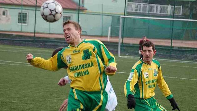 Zkoušený obránce Jiří Poděbradský (ve výskoku) zatím odehrál dobré zápasy.