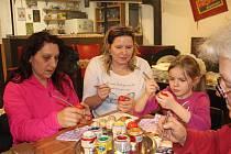 Účastníci setkání se pustili do malování velikonočních kraslic.