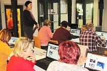 Práci na počítači se v loketské knihovně na kurzu Senior lapen v síti snažili zpřístupnit i loketským seniorům.
