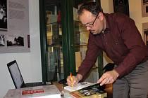 Novou publikaci představil jeden z autorů Vladimír Bružeňák i na přednášce v loketské knihovně.