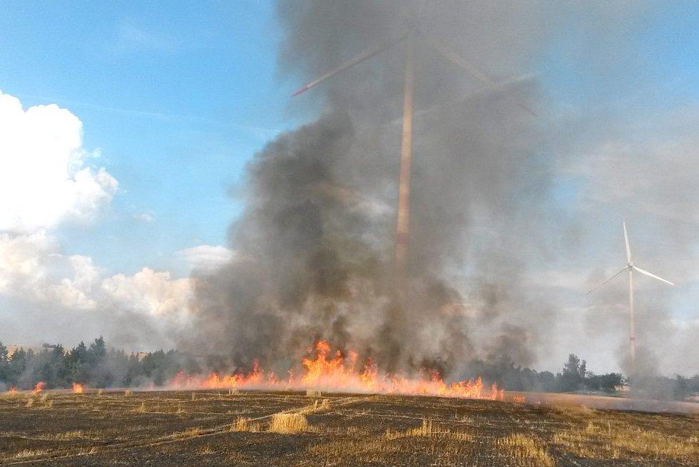 Požár pole u Habartova.