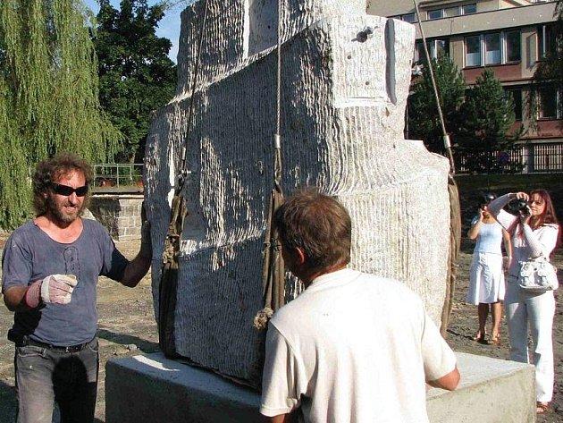 VÝTVARNÍK Jiří Černý (vlevo) včera při usazování kamenného vodotrysku nemohl chybět.