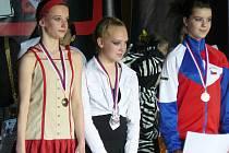 MIRÁKLU se na soutěži dařilo. Medaile mimo jiné přebírají Markéta Vajdíková a Kateřina Hatalová (zleva).
