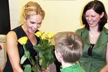 ŠKOLÁK Ondra  předává růži vzácné návštěvě, Taťáně Kuchařové.