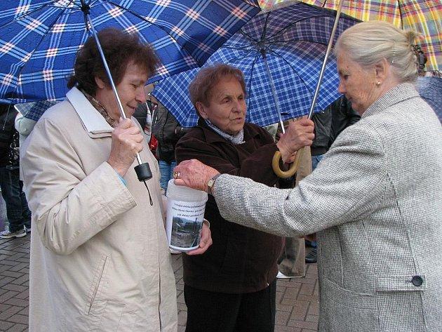 sobotu mohli návštěvníci Slavkovských slavností přispívat do přenosných kasiček a udělat tak dobrý skutek. Vybrané peníze půjdou ve prospěch sbírky na pomoc poničené obci Těchlovice.