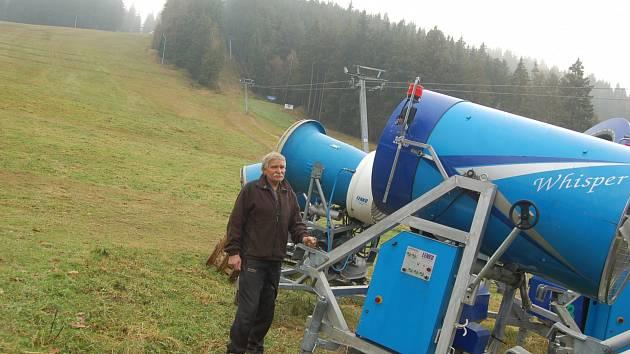 VLEKAŘI se plně připravují na letošní lyžařskou sezónu. Kromě novinek se musí postarat také o technické zázemí. Na snímku správce  bublavského skiareálu Bohumil Havel.