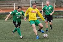 Vzpomínkové utkání na Standu Hendrycha. Fortuna (v zeleném) vs. Gamby Svatava