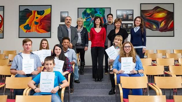 Porota a všichni soutěžící při prvním ročníku soutěže Gymso Cantat