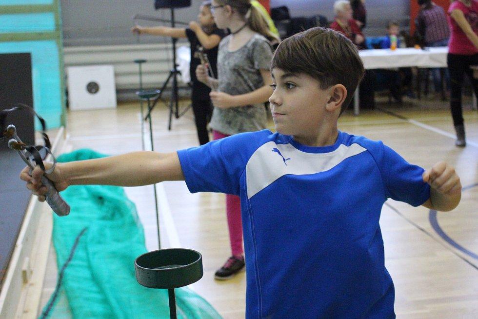 Mistři, ryzí amatéři i děti si zastříleli v Březové z praků v rámci finále mistrovství ČR.