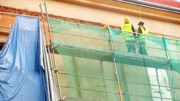 NOVÁ, fasáda 1. stupně školy bude dokončena ještě letos. Na rekonstrukci školy by ale byly třeba další miliony.
