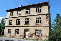 CHÁTRAJÍCÍ dům u nádraží je důvodem stížností mnoha občanů. Nyní jej čeká demolice.